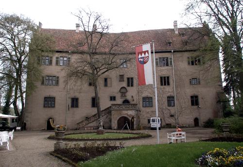 Abb. 1 Schloss Aschach. Ansicht des Schlossgebäudes vom Hof aus. Die linke Türe führt zum Brenngewölbe. (Foto J. Scherbaum)