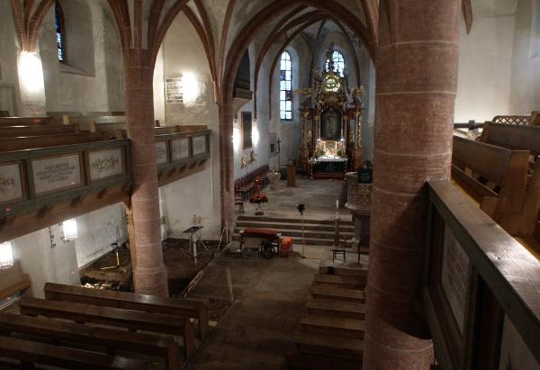 Abb. 1 Pfarrkirche Zum Heiligen Geist Grafengehaig. Blick von der südlichen Empore auf die erste Grabungsstelle und den Chorraum.