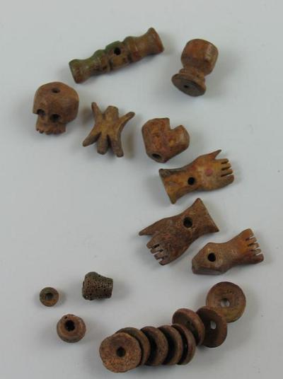 Ein wiederkehrendes Thema beim christlichen Schmuck waren die Einhänger des Fünf-Wunden-Rosenkranzes, die aus Knochen gefertigt wurden