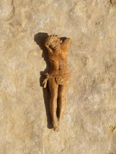 Unter den zahlreichen Kruzifixfiguren befand sich diese aus Knochen geschnitzte Christusdarstellung (3,8 cm)